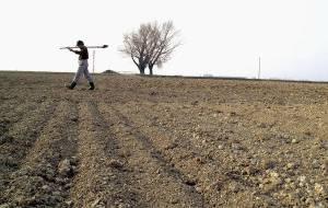 10-3-2000  Mantova Nella foto: la terra seccata dalla siccità nelle campagne